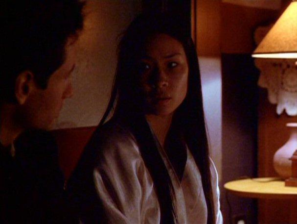 File:Kim Hsin talks to Fox Mulder.jpg