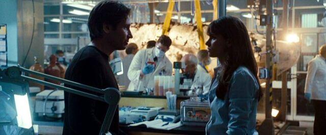File:Dakota Whitney talks to Fox Mulder.jpg