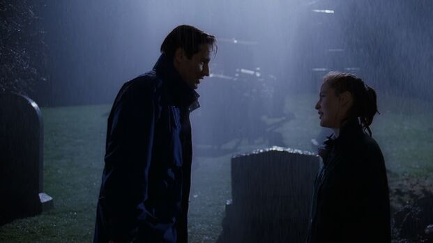 File:Fox Mulder and Dana Scully stand in rain.jpg