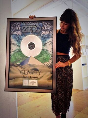 File:Foxes and her platinum Clarity disk.jpg