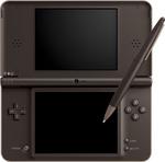 Une Nintendo DSi XL ouverte et fermée