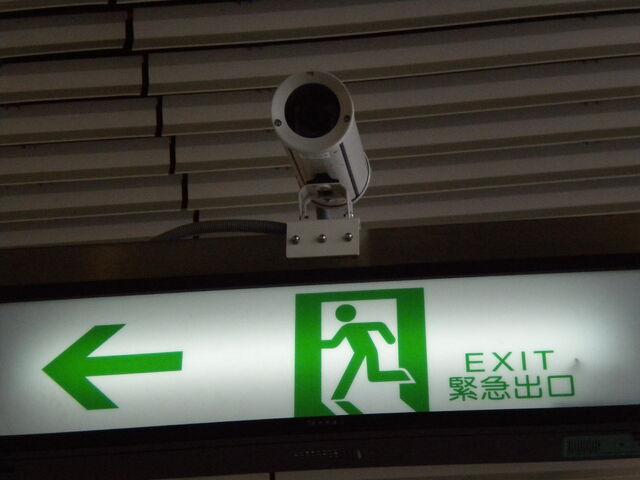 檔案:台灣高鐵-月台出口的監視器.JPG